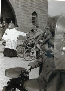 Inzegening bromfietsen bij de kerk van Vianen. Pastoor Muskens.