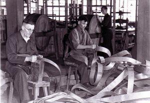 Leer en drijfriemen fabriek Regouin met links Harrie Derks en rechts v.d.Berg.
