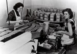 De broodfabriek Roggy gevestigd in de Grotestraat Het roggebrood wordt verpekt door mej van Bergen en mej Hermens Op achterkant kaart is een advertentie aanwezig