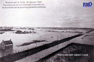 Watersnood te Cuijk, 16 januari 1920. Panorama van de overstroomde Cuijksche hei, de doorbraak van de spoorweg is duidelijk zichtbaar.