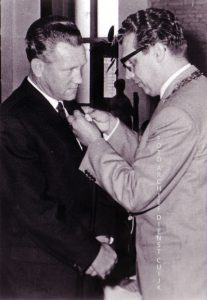 De chauffeur van de gemeentewerken Huub Jacobs ontvangt een onderscheiding uit de handen van burgemeester van Zwieten.