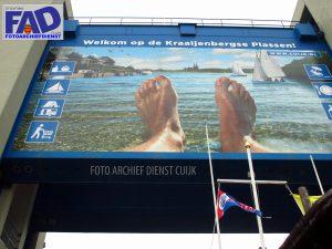 Het promotiebord voor de Kraaijenbergse Plassen op de keersluis haven Katwijk
