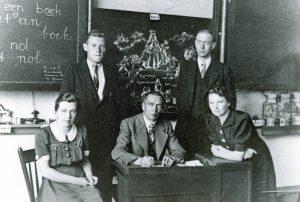 Vianen schoolteam 1942 v.l.n.r. Juff. Telkamp, Frans Beelen, Antoon van Raay, Theo Vos, en Juff. Verhaag.
